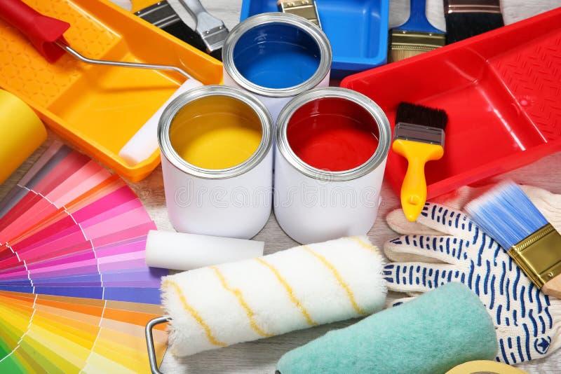 Latas de ferramentas da pintura e do decorador fotos de stock