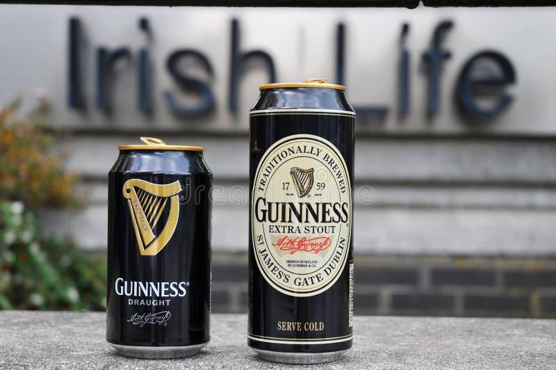 Latas de Guinness imagen de archivo