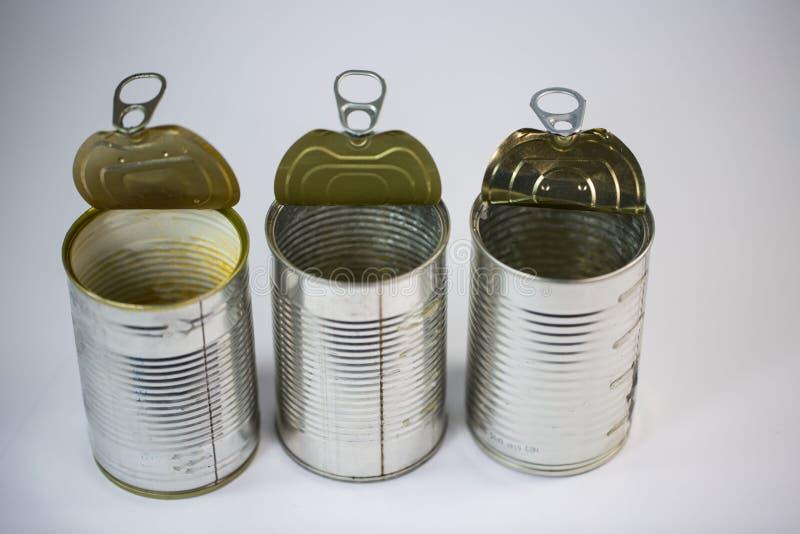 Latas de lata no fundo branco fotos de stock