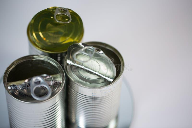Latas de lata no fundo branco fotografia de stock