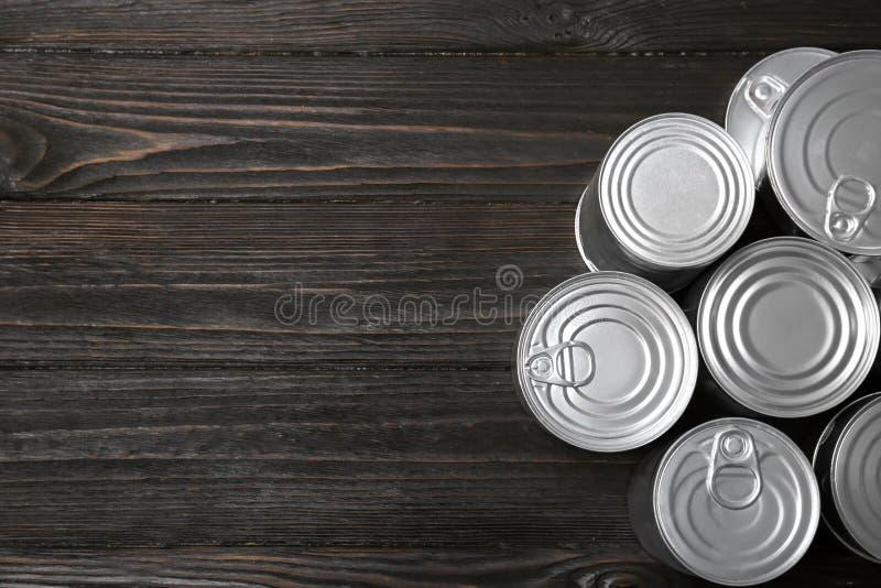 Latas de lata no fundo de madeira, vista superior Recicl o lixo imagens de stock