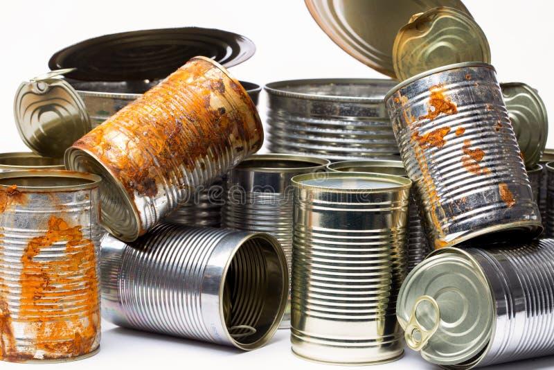 Latas de lata vazias no fundo branco foto de stock