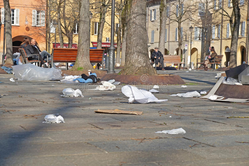 Latas de lixo Escaninhos do Wheelie Sacos de lixo Os desperdícios dispersaram para fora sobre a estrada na rua suburbana Recicle  fotografia de stock royalty free