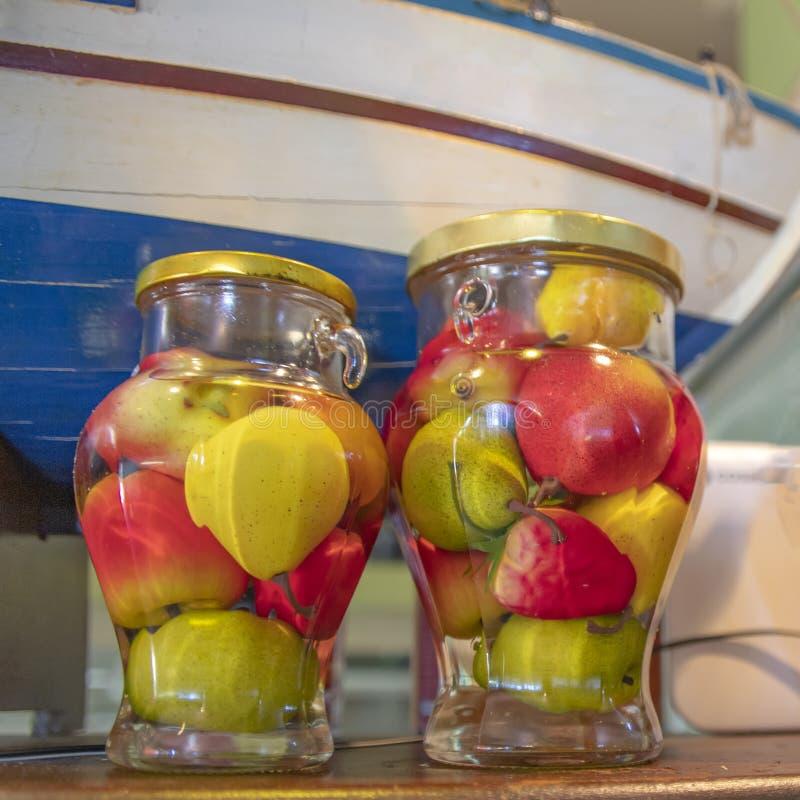 Latas decorativas com frutos enlatados multi-coloridos diferentes imagens de stock