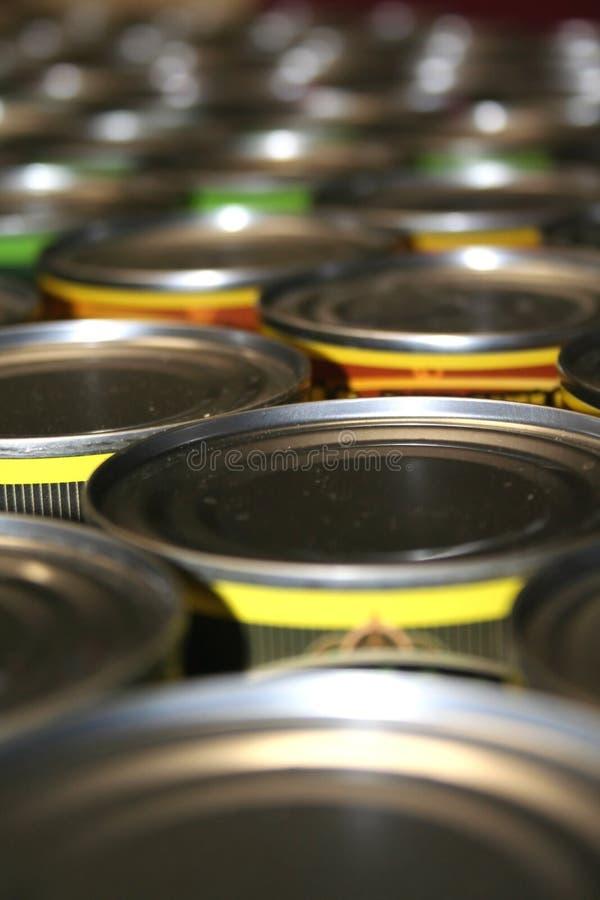 Latas do alimento para a caridade