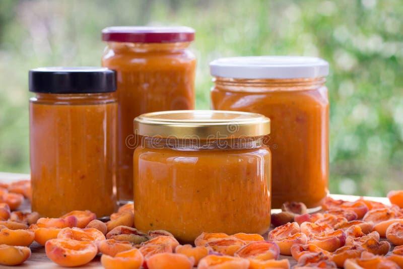 Latas do doce do abricó cozinhadas da colheita do verão de frutos do melow imagens de stock royalty free