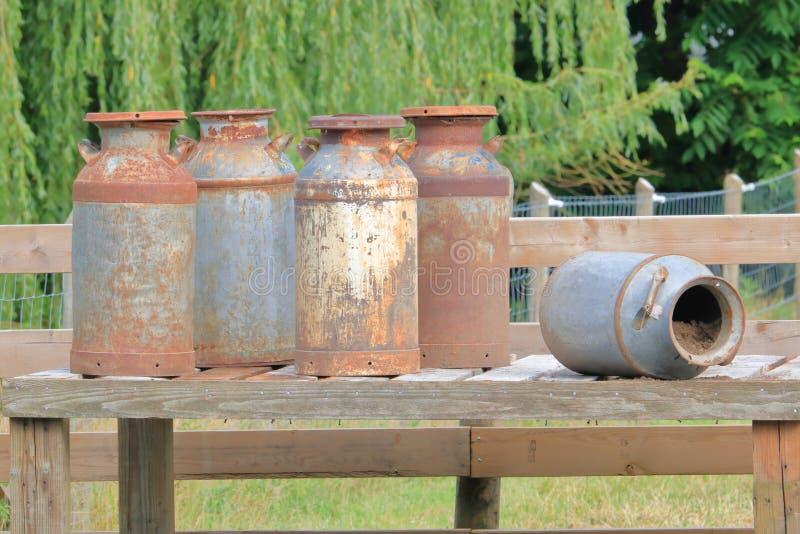latas do leite ou recipientes velhos, oxidados fotografia de stock royalty free
