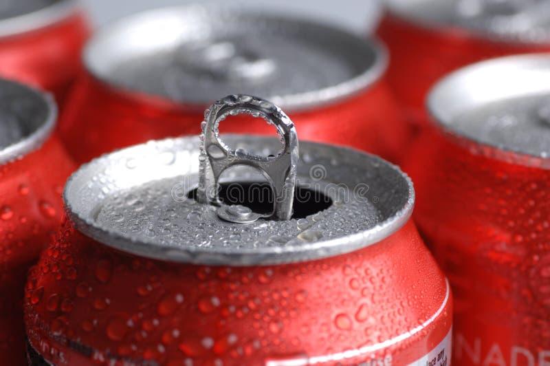 Latas do refresco ou da cerveja imagens de stock