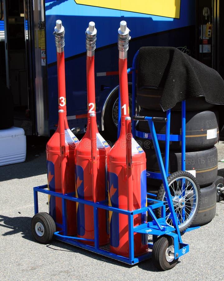 Latas e pneus do combustível fotografia de stock royalty free