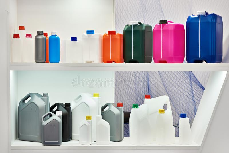 Latas plásticas coloridas vazias para líquidos na loja fotografia de stock royalty free