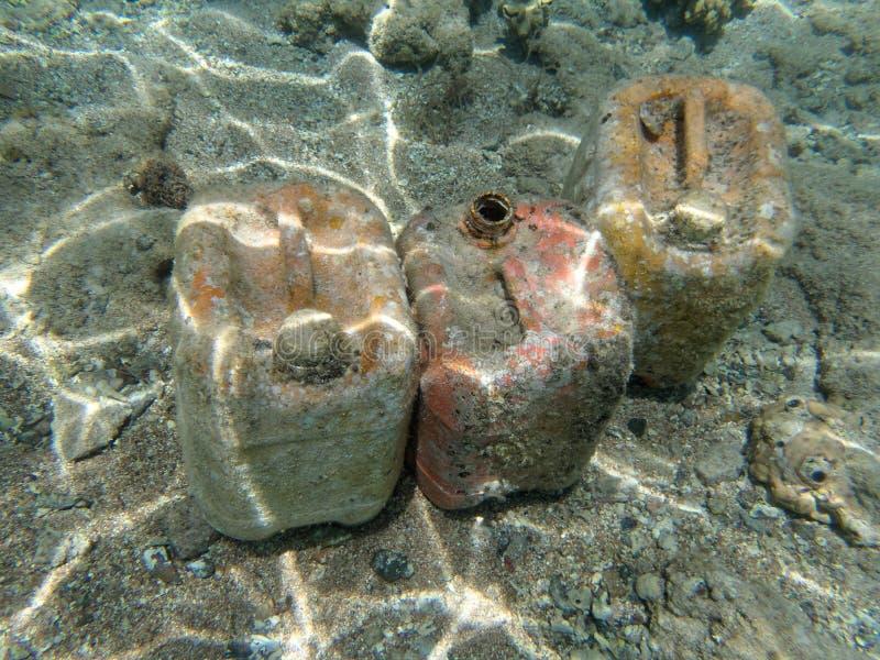 Latas plásticas vacías debajo del agua cerca de la playa en Hurghada, Egipto imagenes de archivo