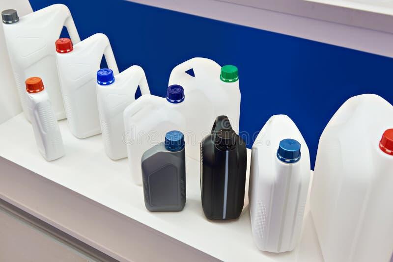 Latas plásticas vazias para líquidos na loja imagem de stock