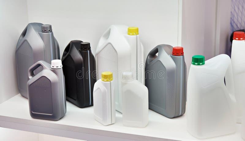 Latas plásticas vazias para líquidos na loja foto de stock