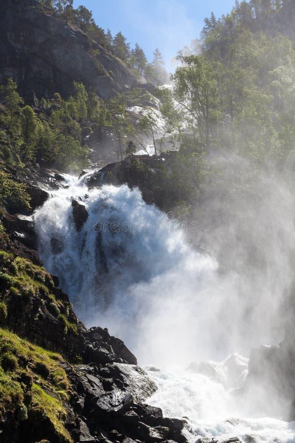 Latefoss oder Latefossen besteht aus zwei verschiedenen Strömen, die unten fließen Es ist auf norwegischer nationaler Straße 13,  lizenzfreie stockfotografie
