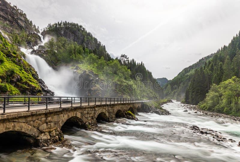 Latefoss siklaw strumienie pod drylują bridżowych archs, Odda, Hordaland okręg administracyjny, Norwegia zdjęcia royalty free