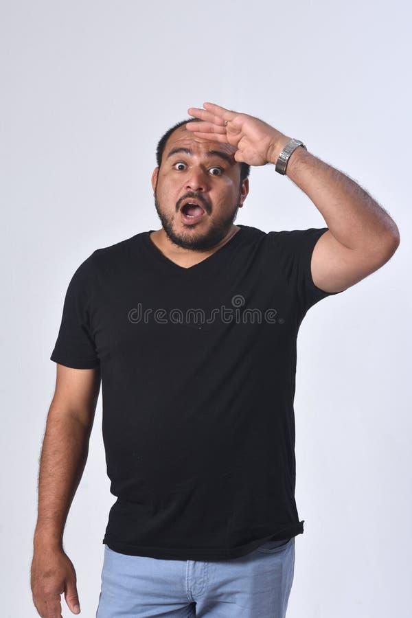 Latein-Amerika-Mann mit Ausdruck der Vergesslichkeit oder der Überraschung auf weißem Hintergrund lizenzfreie stockbilder