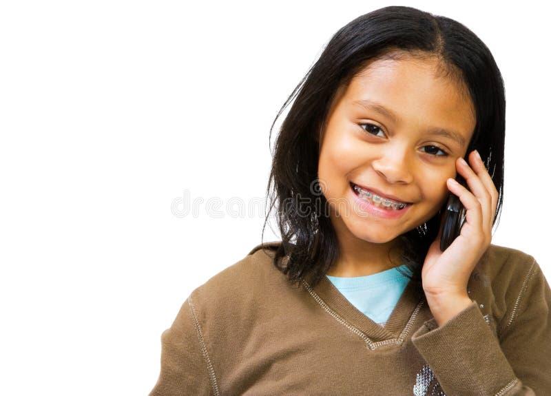 Lateinamerikanisches Mädchen, das Telefon verwendet stockfotos