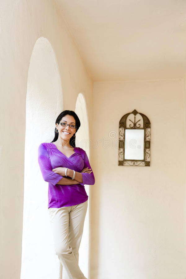 Lateinische Frau im Purpur lizenzfreies stockbild