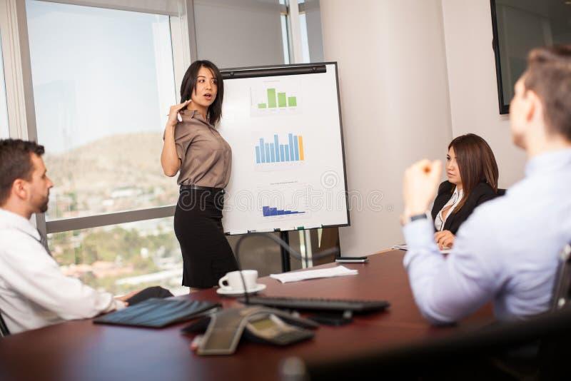 Lateinische Geschäftsfrau in einer Sitzung stockfoto