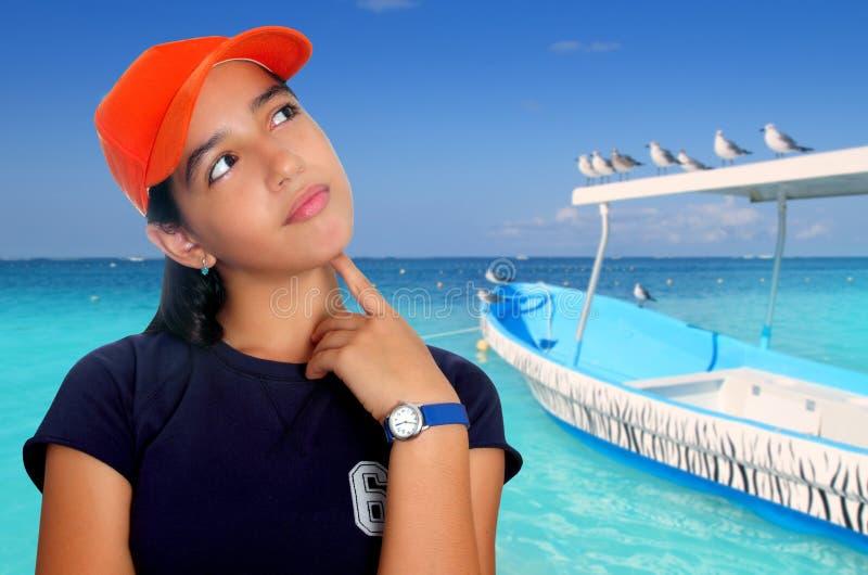 Lateinische jugendlich hispanische nachdenkliche Mädchenorangenschutzkappe lizenzfreies stockbild