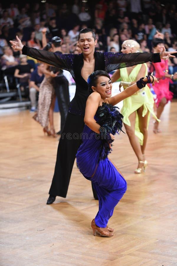 Lateinische Paare des Tanzes in einer Tanzhaltung lizenzfreie stockfotografie
