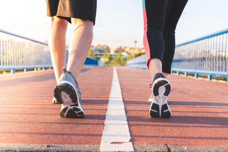 Lateinische Paare, die laufend oder zusammen drau?en ger?ttelt worden sein w?rden stockfotografie