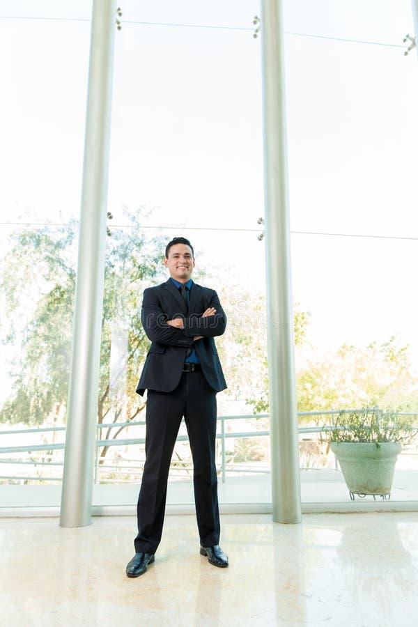 Lateinisches Geschäftsmannlächeln lizenzfreie stockfotos