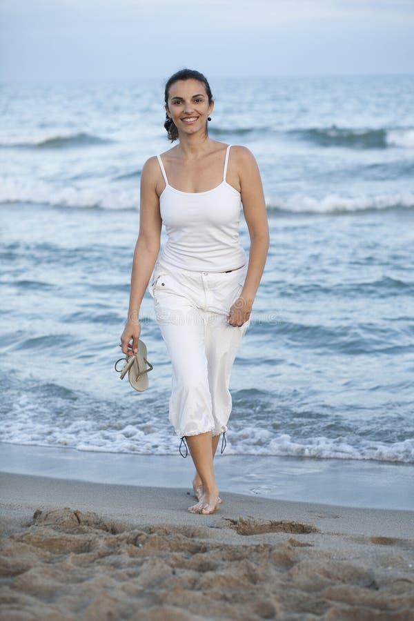Lateinisches weibliches Baumuster auf dem Strand stockfoto