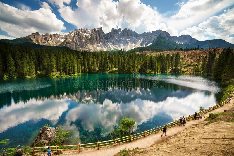 Latemar反射在湖Carezza 免版税库存照片