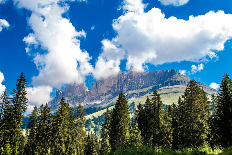 Latemaren, ett berg i de italienska dolomitesna royaltyfri fotografi