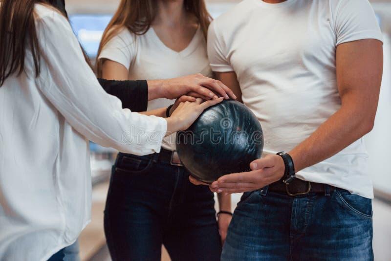 Laten we de game starten Gedroogde kijk op mensen bij de bowlingclub klaar om plezier te hebben stock afbeelding