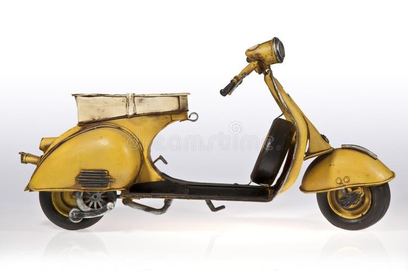 Lateral amarela do 'trotinette' do Vespa foto de stock royalty free