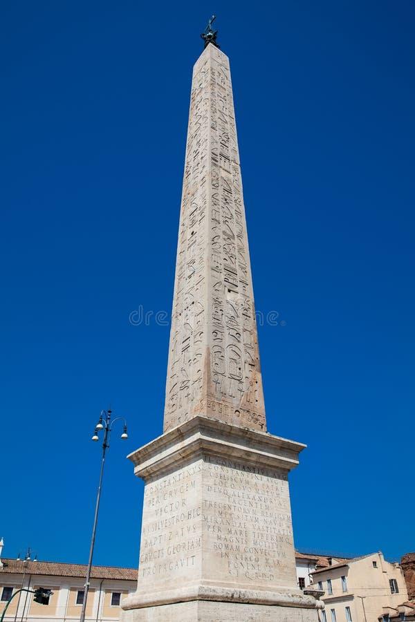Lateran Obelisk, um antigo obelisco egípcio construído no século XV B C agora localizado em Piazza San Giovanni em Laterano, Roma imagem de stock royalty free