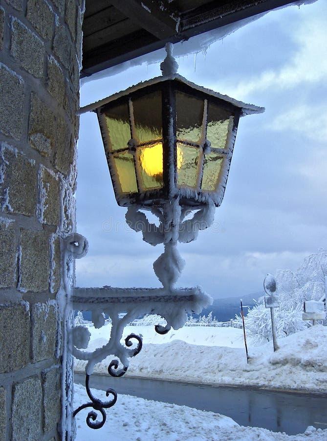 Latern bij de winterhotel stock foto