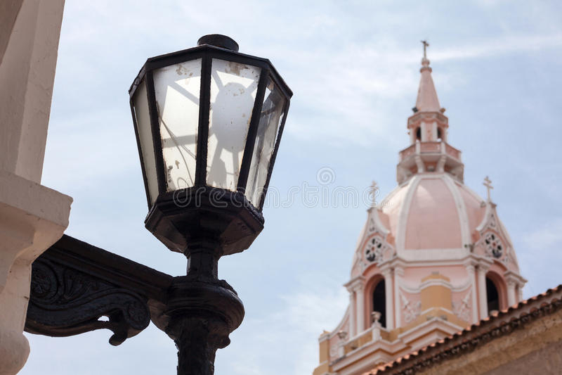 Latern e a basílica metropolitana da catedral de Saint Catherine de Alexandria em Cartagena de Índia foto de stock