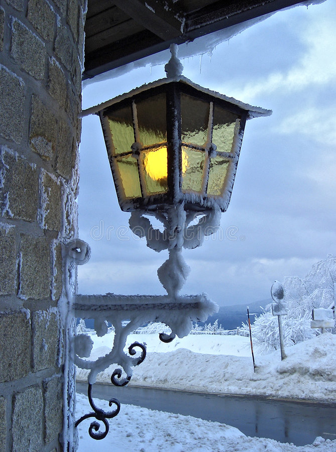 Latern im Winterhotel stockfoto