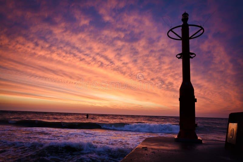 Latern no groyne com mar Báltico do por do sol fotografia de stock