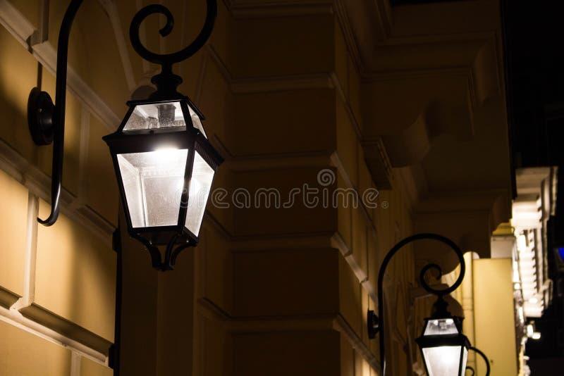 Laterne auf einem Gebäude nachts lizenzfreie stockfotografie