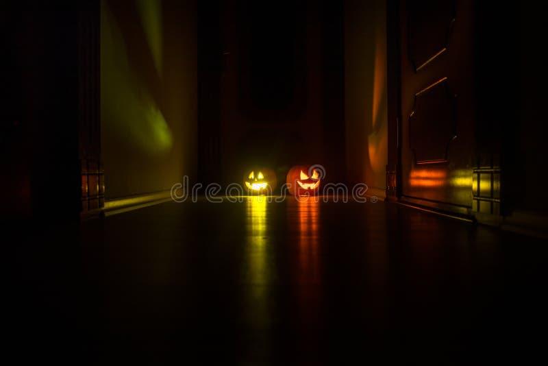 Laterne der Halloween-K?rbiskopf-Steckfassung O mit gl?henden Kerzen auf Hintergrund K?rbise auf Bretterboden stockfoto