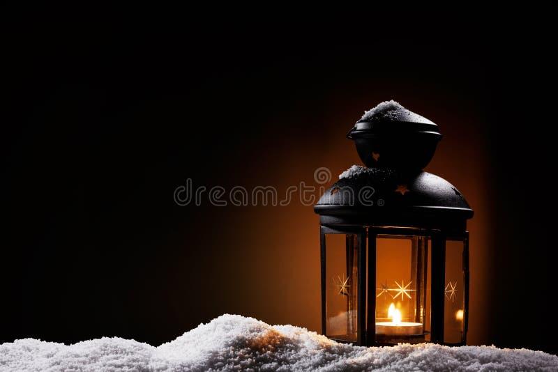 Laterne in der Nacht auf Schnee stockbild
