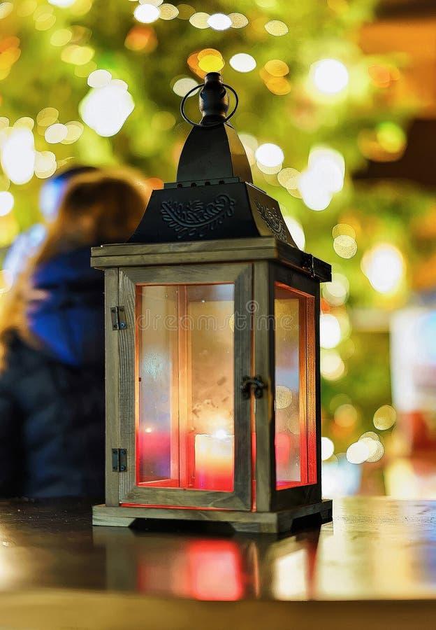 Laterne mit Kerze im Riga-Weihnachtsmarkt nachts stockbilder