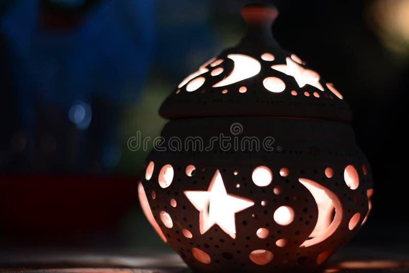 Laterne mit weichem Licht der Kerze stockbild