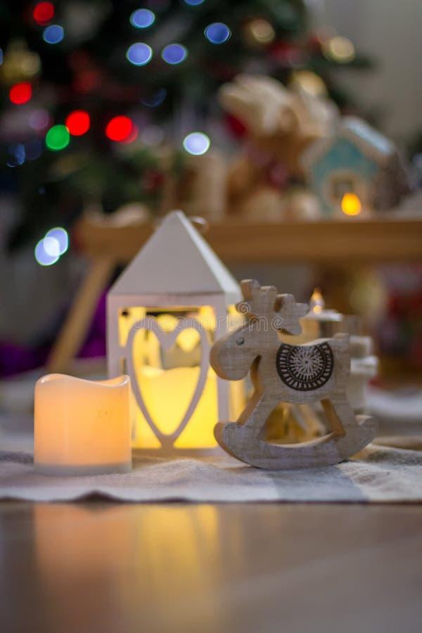 Laterne und hölzerne Renweihnachtsdekoration stockfotografie