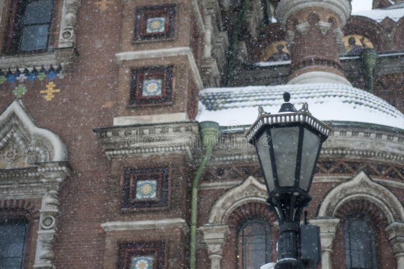 Laterne vor der Kirche Straßenlaterne illuminate lizenzfreie stockfotografie