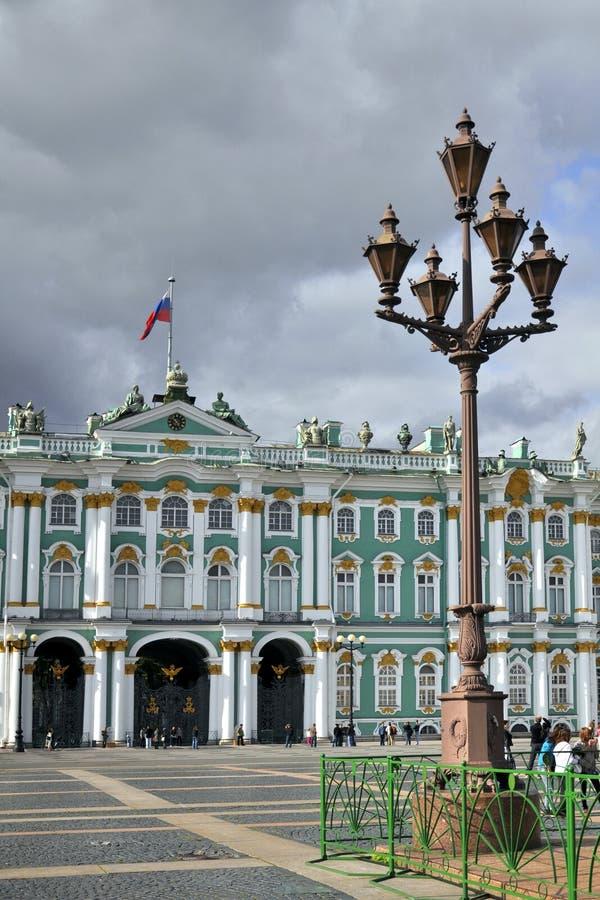 Laterne vor Winter-Palast in St Petersburg stockbilder