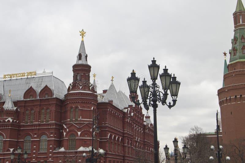 Laternen auf dem Hintergrund des historischen Museums in Moskau, Russland lizenzfreies stockfoto