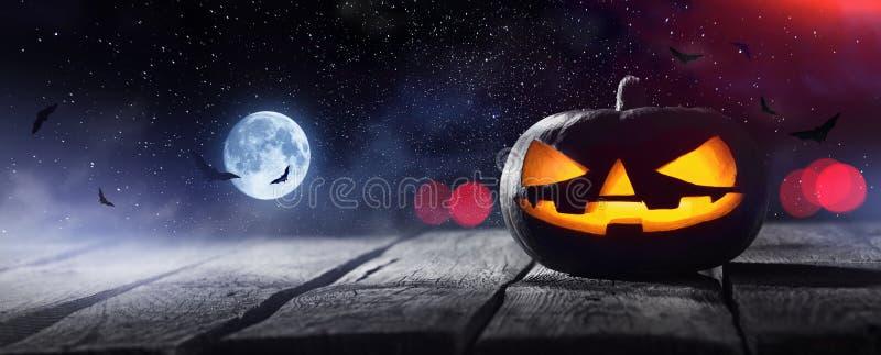 Laternen Jacks O, die am Mondschein in der gespenstischen Nacht glühen lizenzfreie stockfotos