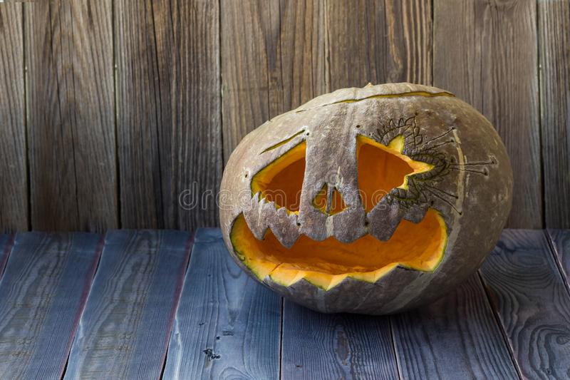 Laternen Jacks O Halloween-Kürbisgesicht auf hölzernem Hintergrund lizenzfreies stockfoto