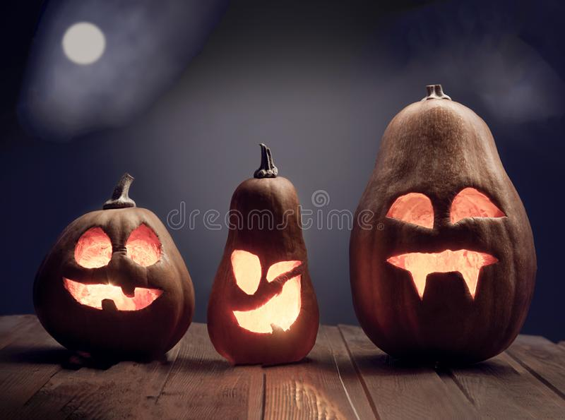 Laternen Jacks O Halloween-K?rbisgesicht auf h?lzernem Hintergrund lizenzfreie stockfotografie