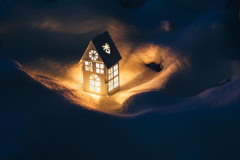 laternenhaus mit brennender kerze auf schnee am abend. Black Bedroom Furniture Sets. Home Design Ideas
